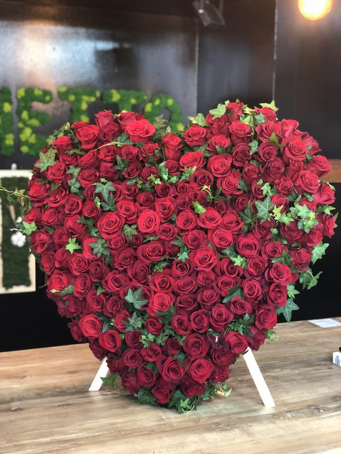 Inima din 150 trandafiri rosii