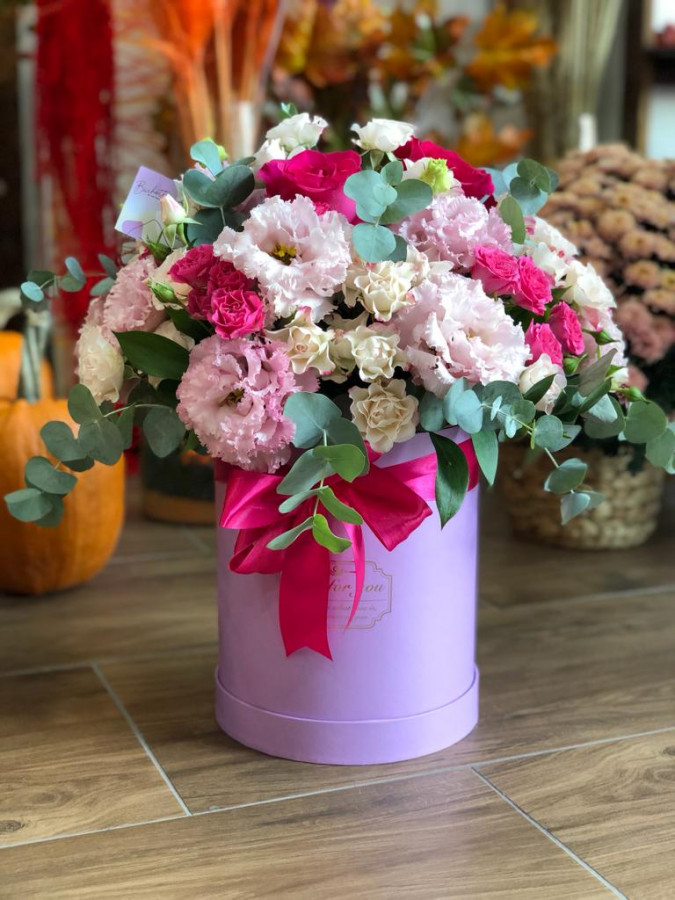 Cutie cu trandafiri si lisiantus roz