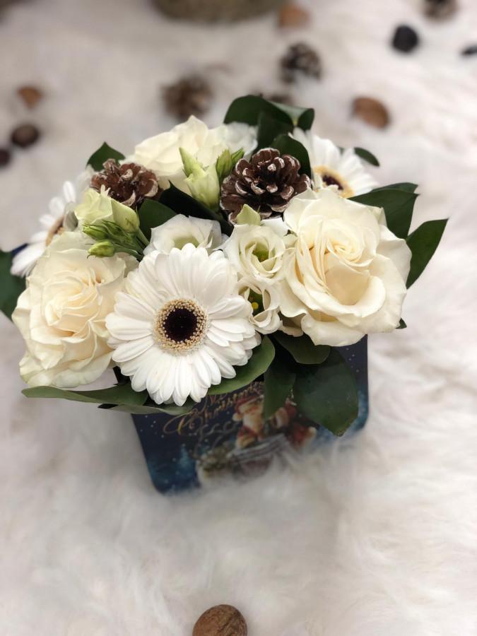 Aranjament cu trandafiri albi si conuri