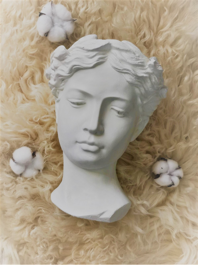 Vaza alba statuie femeie