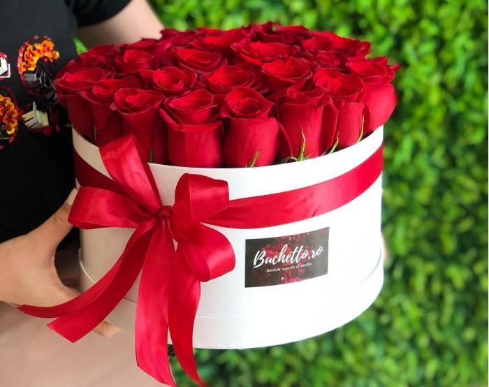 Cutie mare cu trandafiri rosii