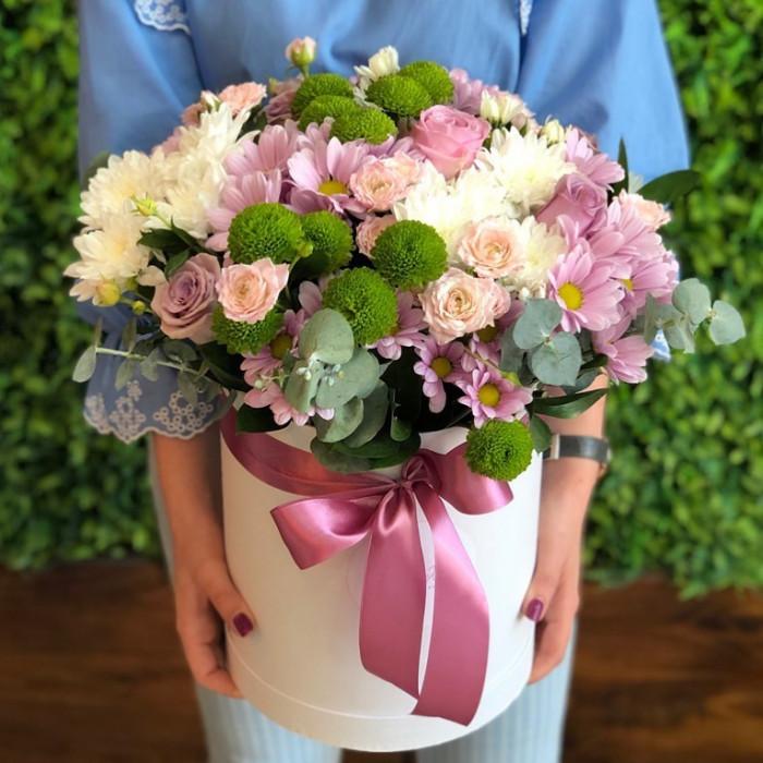 Cutie draguță din crizanteme și trandafiri