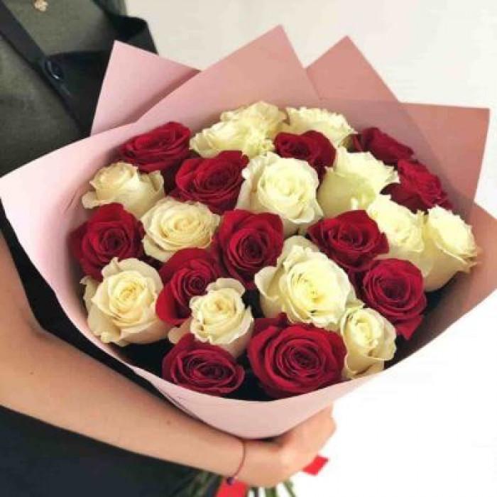 Trandafiri albi in combinatie cu trandafiri rosii