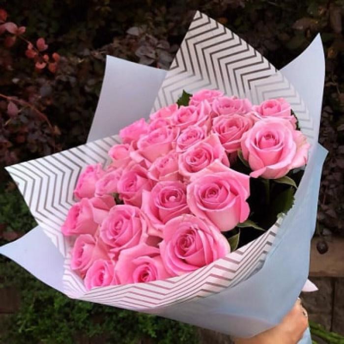 Buchet de trandafiri roz in ambalaj Kraft