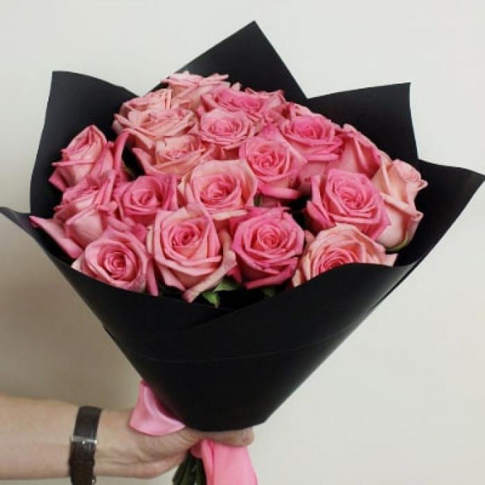 Buchet de trandafiri roz in ambalaj negru Kraft