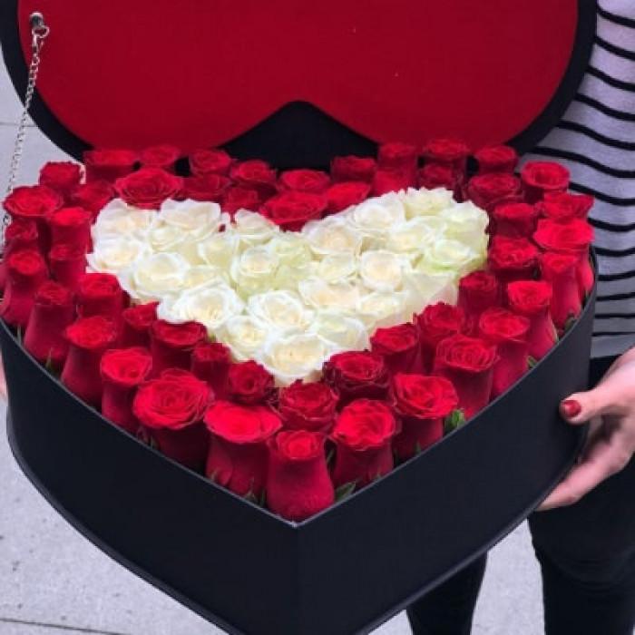 Inima magnifica din trandafiri rosii si albi