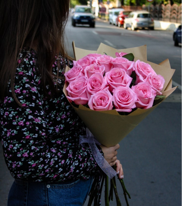 Buchet elegant din trandafiri roz în ambalaj Ziar