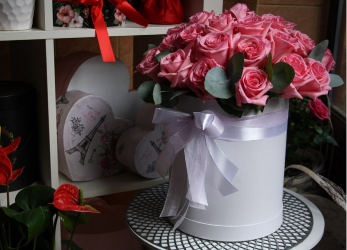 Trandafiri roz în cutie rotunda