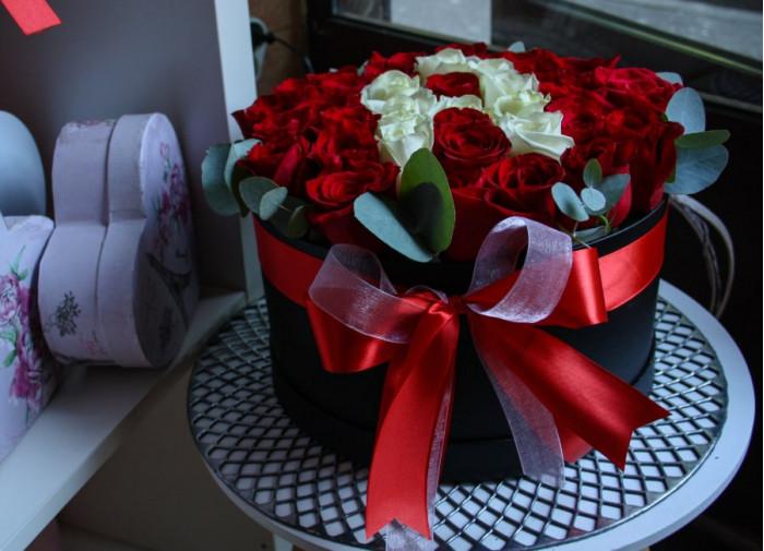 Flori in cutie - Trandafiri rosii & albi + initiala