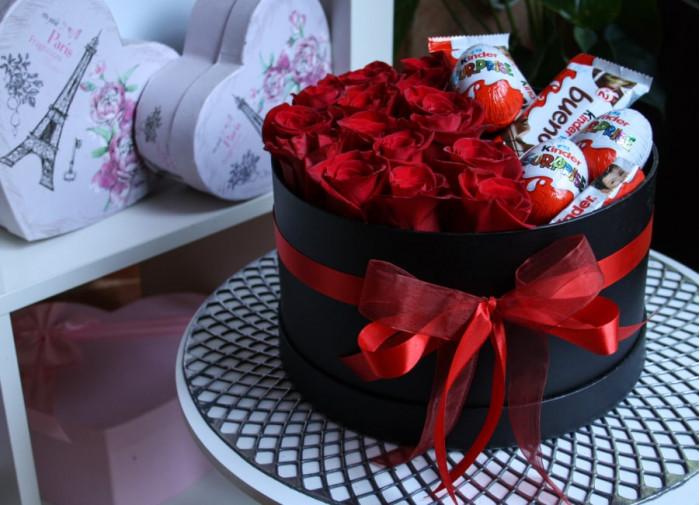 Trandafiri rosii si dulciuri in cutie