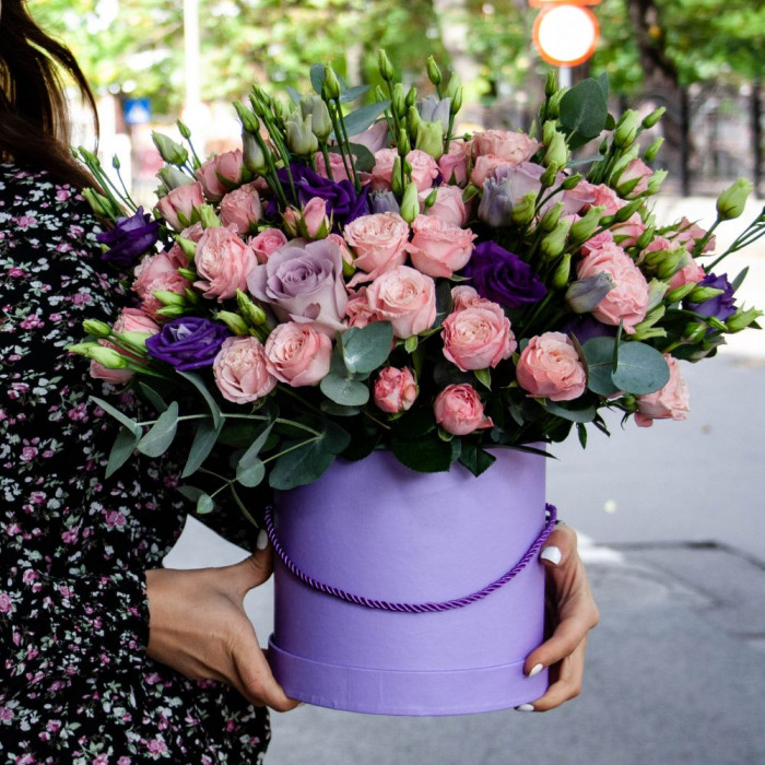 Aranjament floral deosebit din eustoma si mini trandafiri