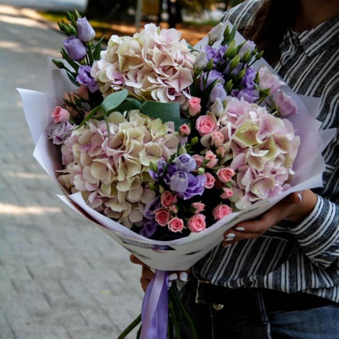 Buchet superb din Hortensie, Lisiantus si Mini-rosa