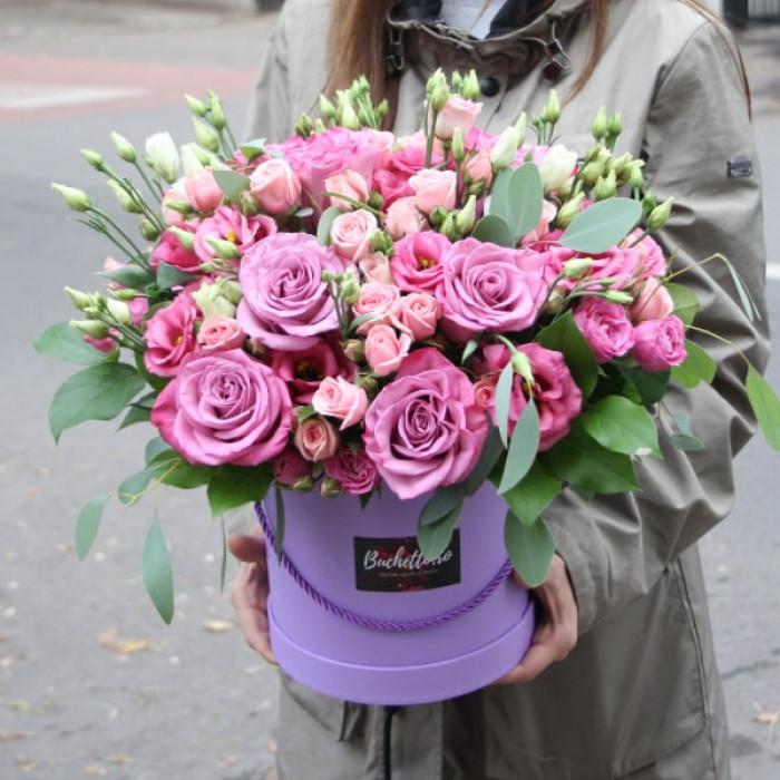 Aranjament din lisiantus roz si trandafiri mov