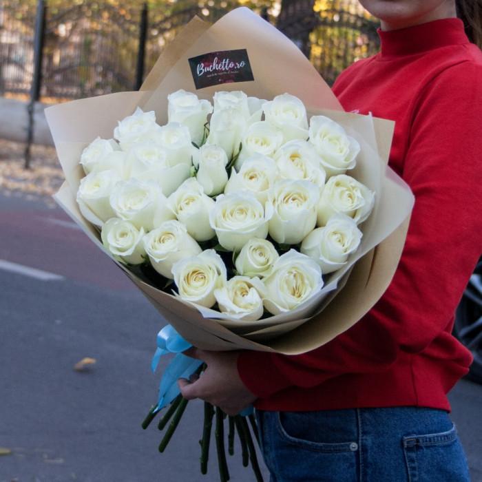 Buchet de trandafiri albi si ambalaj Kraft