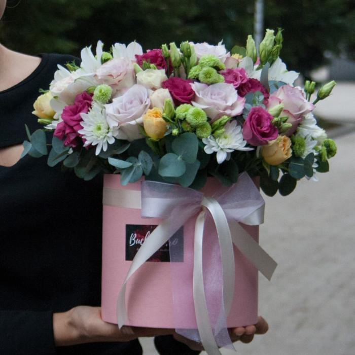 Mix de flori in cutie - Trandafiri Mov si Galbeni, Lisiantus, Crizanteme