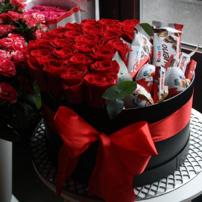 Cutie Mare cu Trandafiri Rosii si Dulciuri