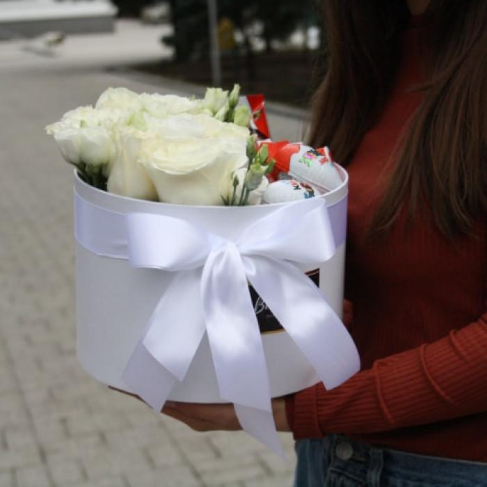 Trandafiri albi si Lisiantus in Cutie