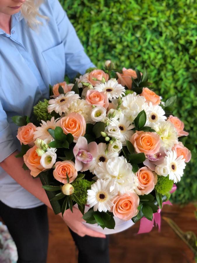 Cutie mix de trandafiri roz somon, albi si bujori albi