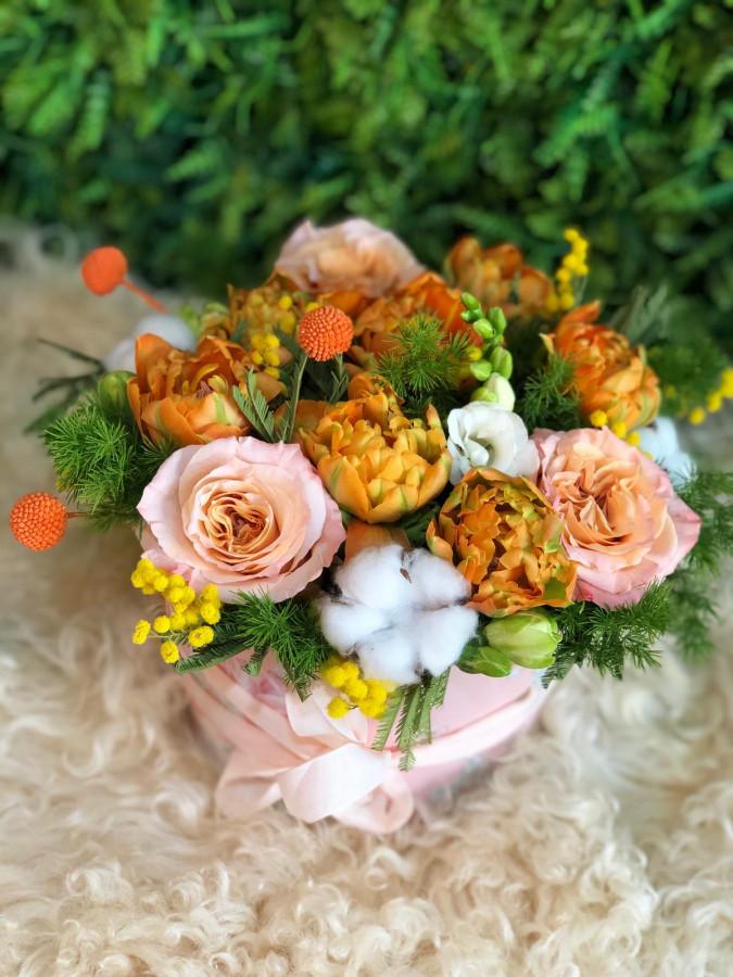 Cutie cu lalele, frezie și trandafiri