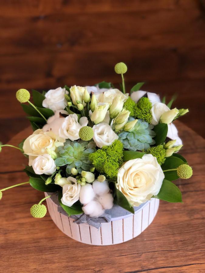 Aranjament primăvara cu trandafiri și suculente