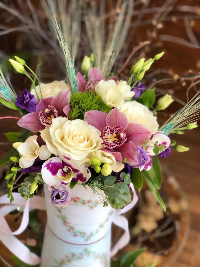 Aranjament cu trandafiri, orhidee și frezie