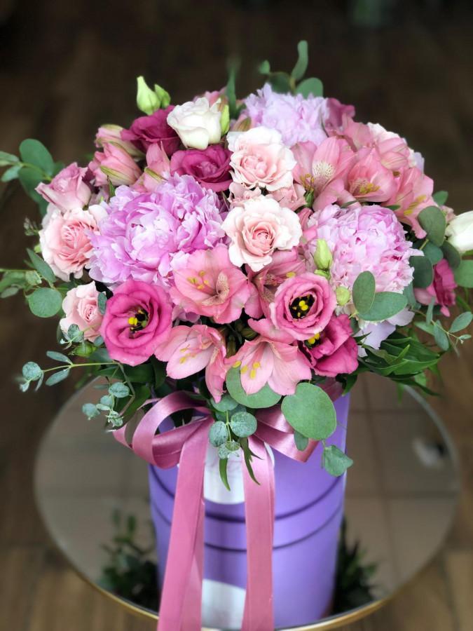 Bujori și mini-trandafiri în cutie mov