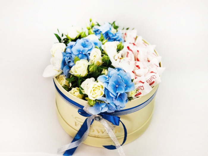 Aranjament floral, cu hortensie albastra
