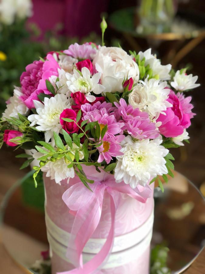 Cutie roz cu bujori si mini-trandafiri