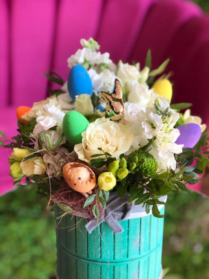 Happy Easter - aranjament cu flori de sezon și accesorii de Paște
