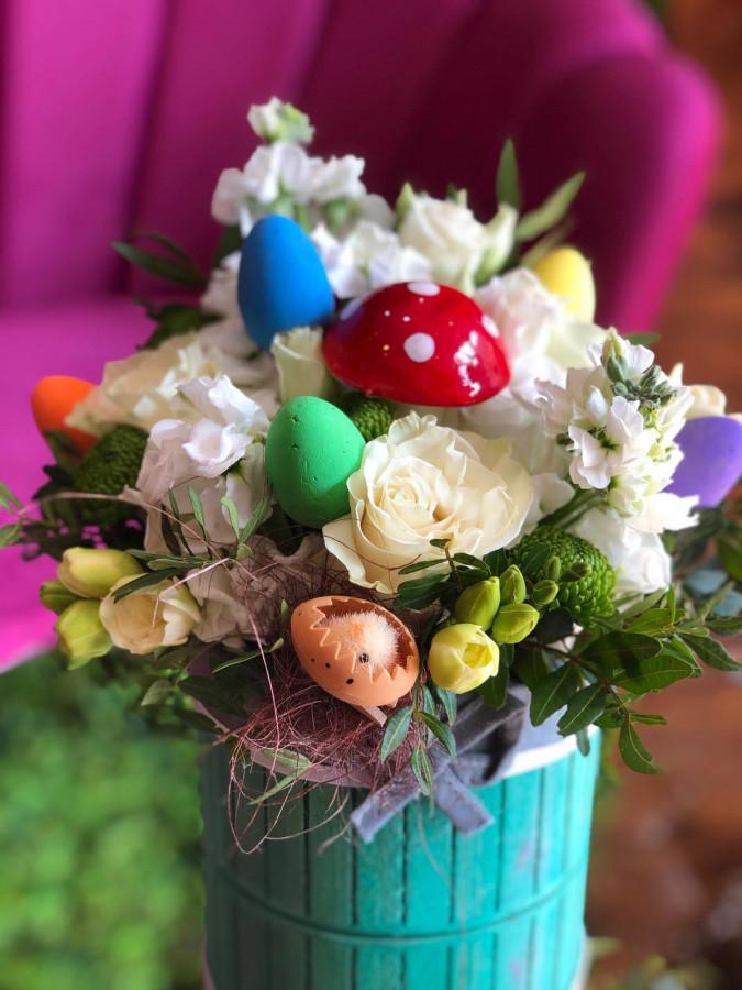 Aranjament Paște cu trandafiri și frezie