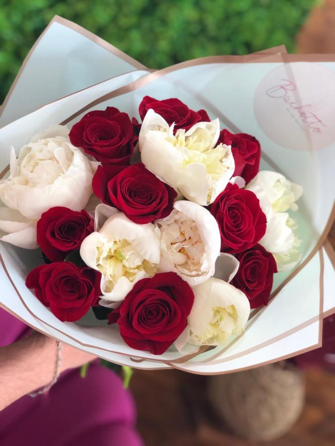 Buchet bujori și trandafiri roșii