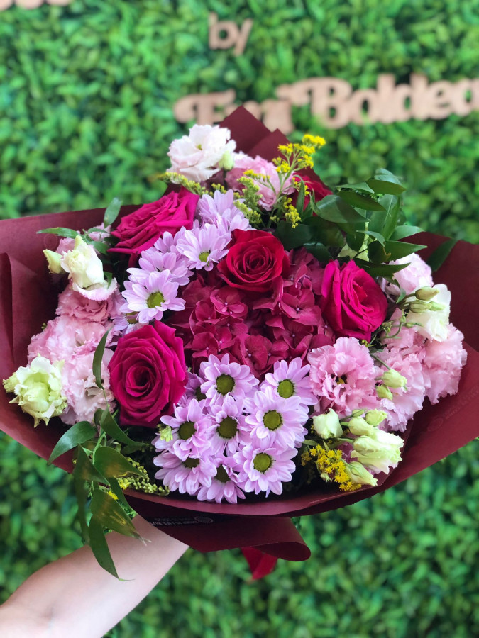 Buchet de flori cu hortensie și trandafiri