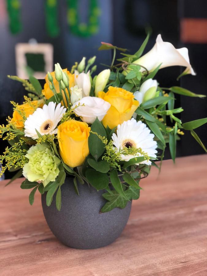 Aranjament cale albe si trandafiri galbeni in vas de ceramic